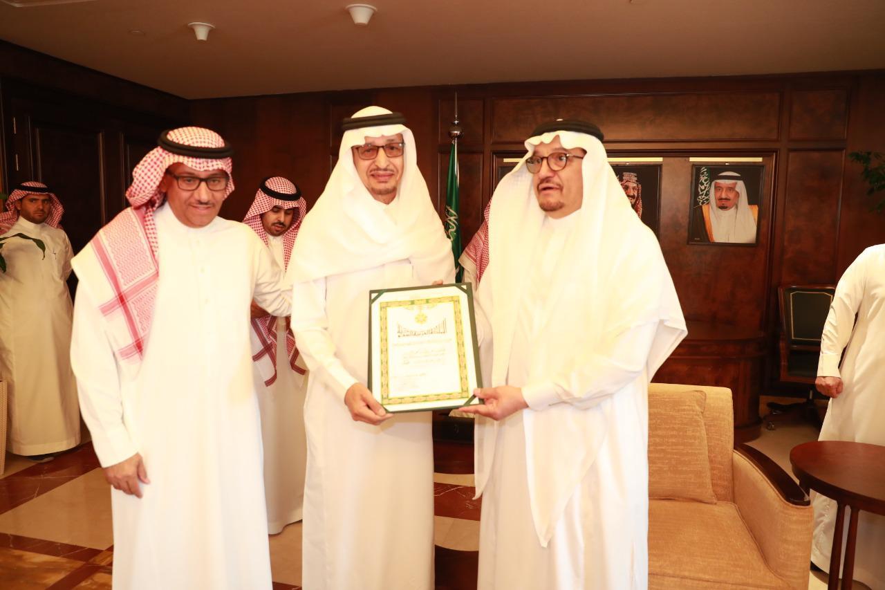 Photo of وسام الملك عبدالعزيز من الدرجة الأولى للدكتور عبدالله الزير عضو هيئة التدريس بجامعة الملك سعود