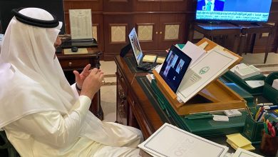 Photo of محافظ شقراء وعبر الإتصال المرئي  ( عن بعد ) يجتمع بلجنة مبادرة خيرات الرياض في محافظة شقراء .